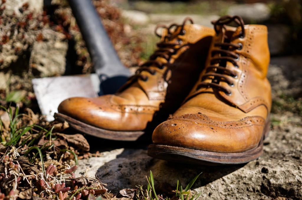 Cipő a Granson Sharpe-tól. Nem hivalkodóan elegáns, pont annyira menő, amennyire az őszi avarban annak kell lennie.