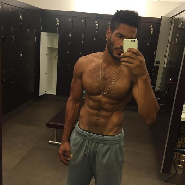 Az Instagramján van egy rakás fotó. Nyilván a gym-ben szelfizik, hol máshol?