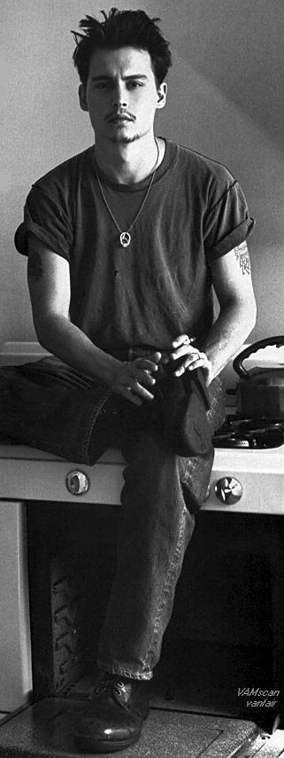 Johnny Depp egy rocksztár külsejével, 96-ban.