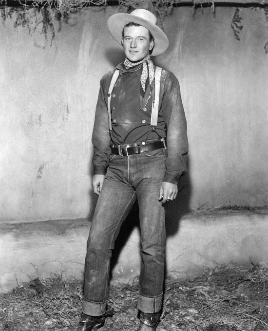 John Wayne a Hatosfogat forgatásán. Farmerben.