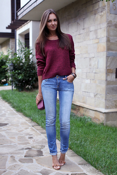 light-blue-pull-bear-jeans-crimson-h-m-sweater-tawny-stradivarius-heels_400