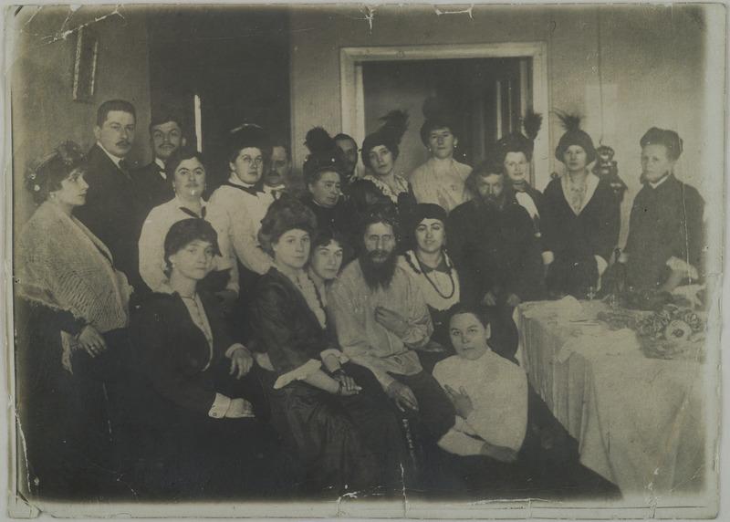 Raszputyin női rajongóinak társaságában.