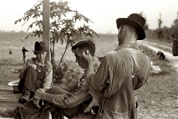 Amerikai farmerek undercut vágása készül fésűvel, ollóval a '30-as években. A nagy gazdasági világválság után a felnyírt hajak megszűntek a gazdag polgárság kiváltsága lenni; sokkal inkább a munkásosztály fiataljai viselték az utcákon.
