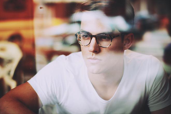 men_glasses_glance_454918