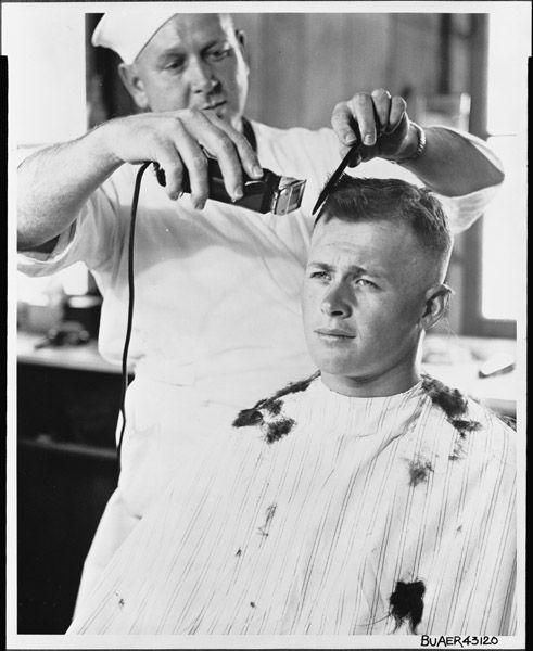 Besorozott amerikai katona első hajvágása 1943 szeptemberében. A hajvágógépek terjedése szinte azonnal átalakította a hétköznapok hajdivatját is.
