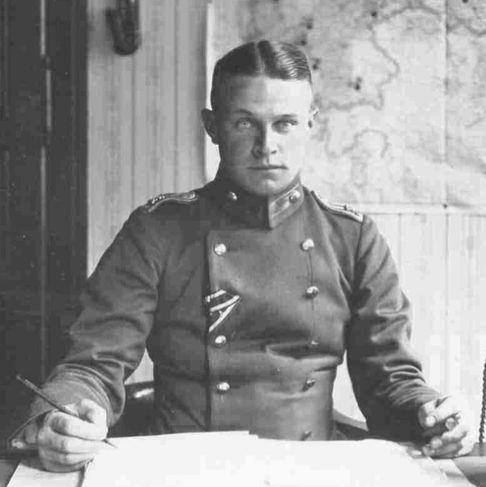 Német katonatiszt középen elválasztott (middle part), undercut hajjal