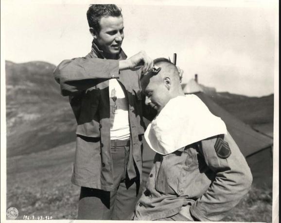 Egy amerikai közlegény undercut-ja készül borotvával 1941-ben.