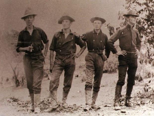 Az 1898-ban a spanyol-amerikai háborúban Kubában harcoló első amerikai gyalogezred katonái a nagy hatótávolságú puskák ellen már a terephez alkalmazkodó, zöldes színű ruhákban.