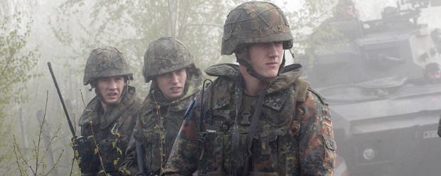 """Német katonák """"pöttyös"""" flecktarn terepszínben egy 2002-es hadgyakorlaton."""