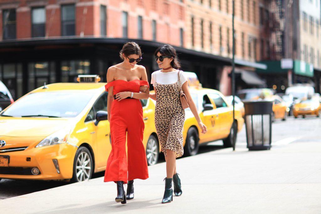 1c1a6ef32b Minták és színek együttes, ízléses és stílusos viselésére vonatkozóan jó  példa a fenti kép, ahol a leányzó egy kétszínű farmerkabátot visel.